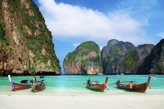 Die Phi Phi Inseln liegen in der Andamanensee im Süden Thailands und sind jeweils etwa 40km von Phuket und Krabi entfernt, Thailand - © Dmitry Pichugin / Fotolia