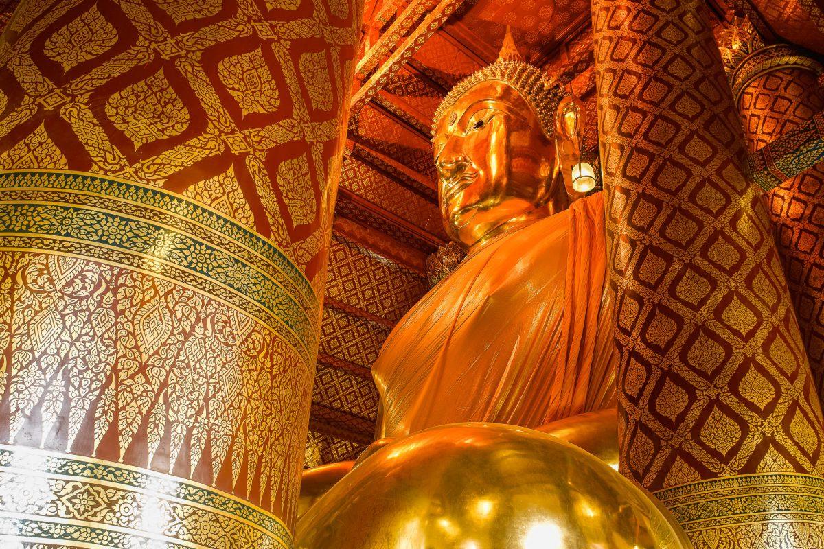 Die vergoldete Statue Wat Phanan Choeng ist 19 Meter hoch, stammt aus dem 14. Jahrhundert und erreicht eine Breite von über 20 Metern, Ayutthaya, Thailand - © Isaxar / Fotolia