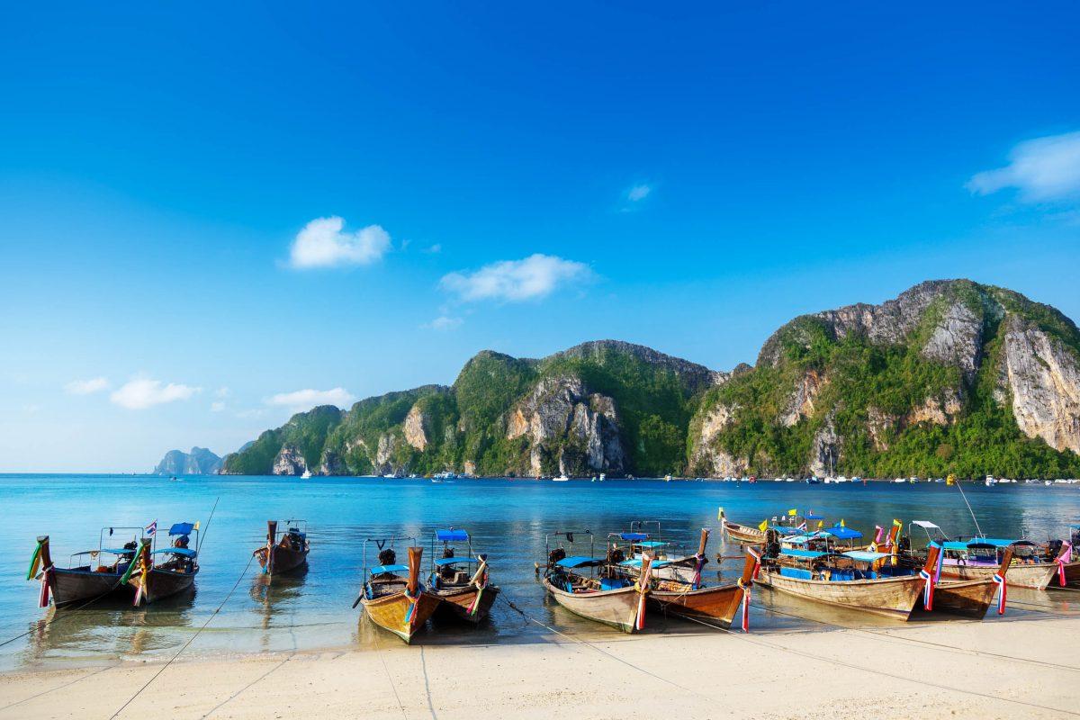 In der Ton Sai Bucht befindet sich der Hafen für die Fähren, Langboote und Speedboote von Phi Phi Don, Thailand - © Iakov Kalinin / Fotolia