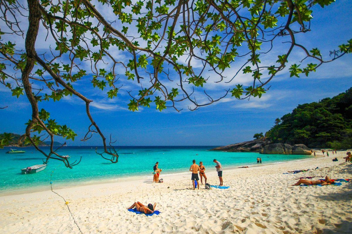 Paradiesischer Strand im Ao Phang Nga Nationalpark in Thailand - © mrmichaelangelo / Shutterstock