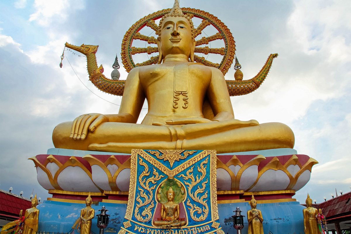 Sehenswert ist auch der Wat Phra Yai Tempel auf der kleinen vorgelagerten Insel Ko Fan im Norden, in dem sich der Big Buddha von Koh Samui, eine 12m hohe Buddhastatue befindet, Thailand - © gwb / Shutterstock