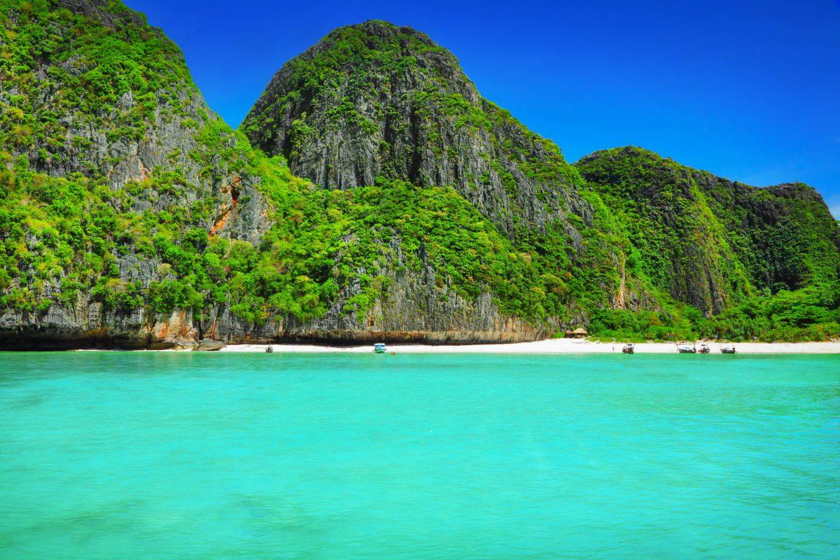 Viele der wunderschönen Strände auf Phi Phi Inseln können nicht zu Fuß, sondern nur mit dem Langboot erreicht werden, Thailand - © adisa / Fotolia