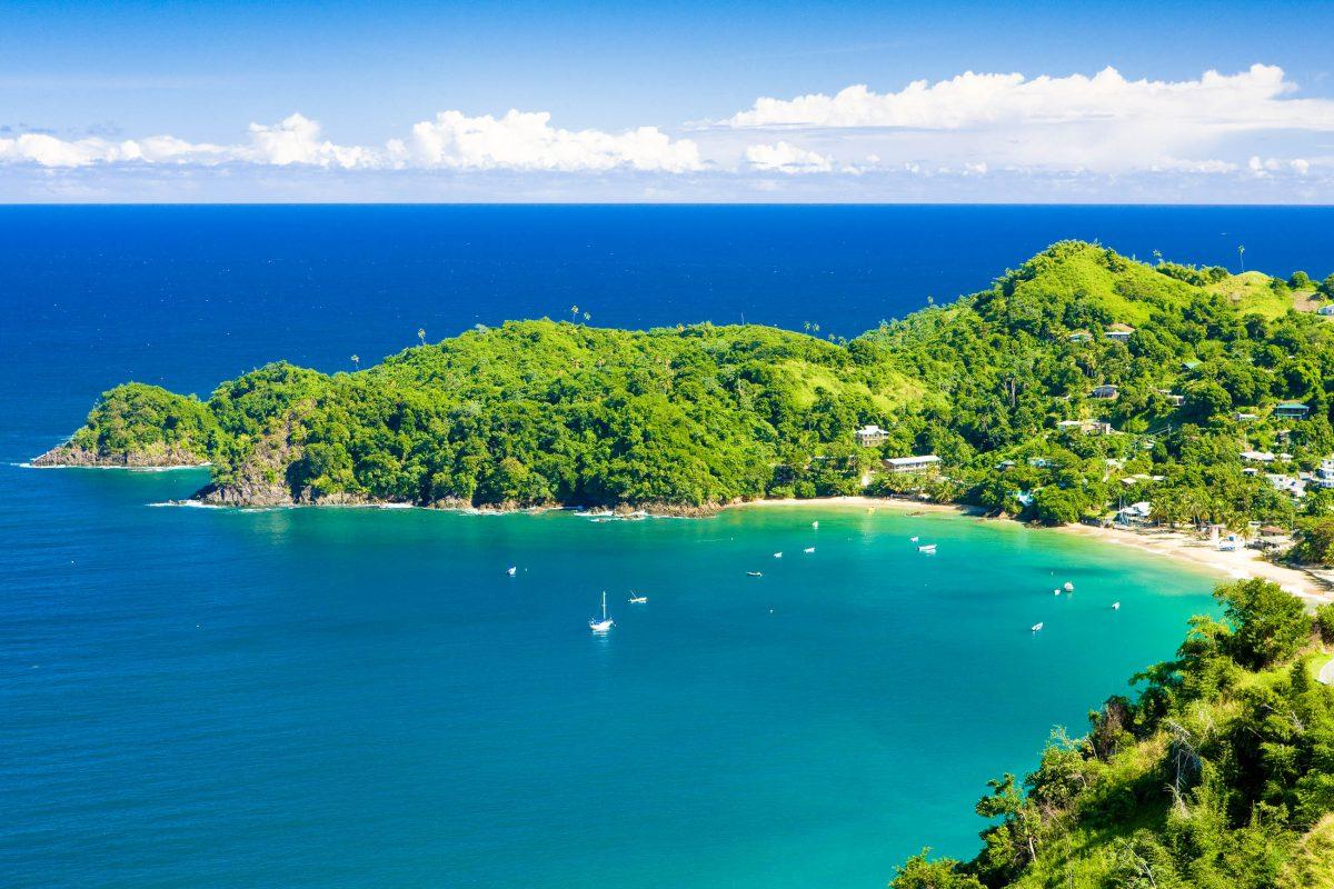 Castara Bay liegt in einer malerischen ruhigen Bucht an der Nordküste und ist einer der Lieblingsstrände der Einheimischen, Tobago - © PHB.cz (Richard Semik) / Shutterstock
