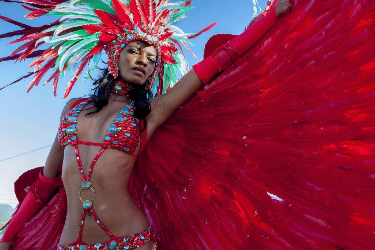 Das Karnevals-Feuerwerk aus schillernden Farben, heißen Rhythmen und wildem Tanz beginnt in Trinidad und Tobago am Freitag vor dem Faschingssonntag - © John de la Bastide / Shutterstock