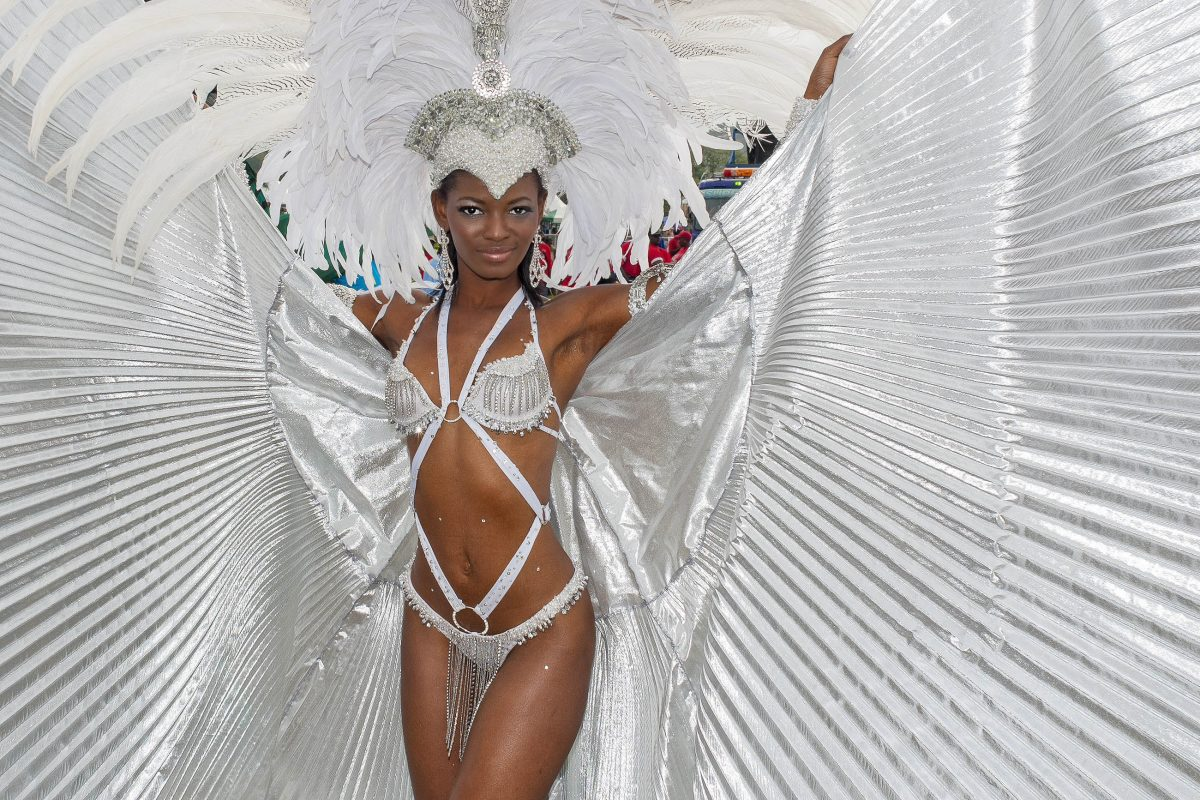 Die Damen zeigen beim Karnval in Trinidad und Tobago viel nackte Haut, die höchstens von bunten Federn, ein paar Perlen und jeder Menge Glitzer bedeckt wird - © John de la Bastide / Shutterstock
