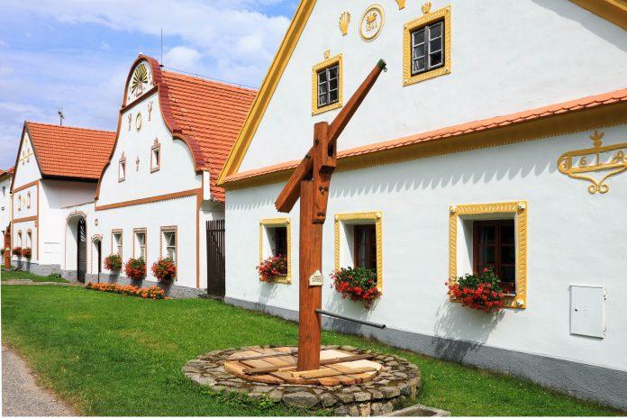 Das historische Dorf Holašovice (Hollschowitz) besteht aus historischen Häusern im ursprünglichen südböhmischen Bauernbarock, Tschechien - © Miroslav Beneda / Fotolia