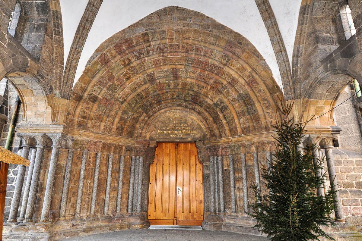 Der Eingang in die Basilika des Heiligen Prokop in Třebíč erfolgt durch ein romanisches Eingangstor, welches durch den monumentalen Vorbau einer Säulenhalle geschützt ist, Tschechien - © Karel Gallas / Shutterstock