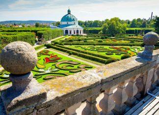 Der prachtvolle Blumengarten des Schlosses Kroměříž erstrahlt auf einer Fläche von über 60 Hektar in fantastischer Gartenarchitektur, Tschechien - © Lukaszewicz / Shutterstock
