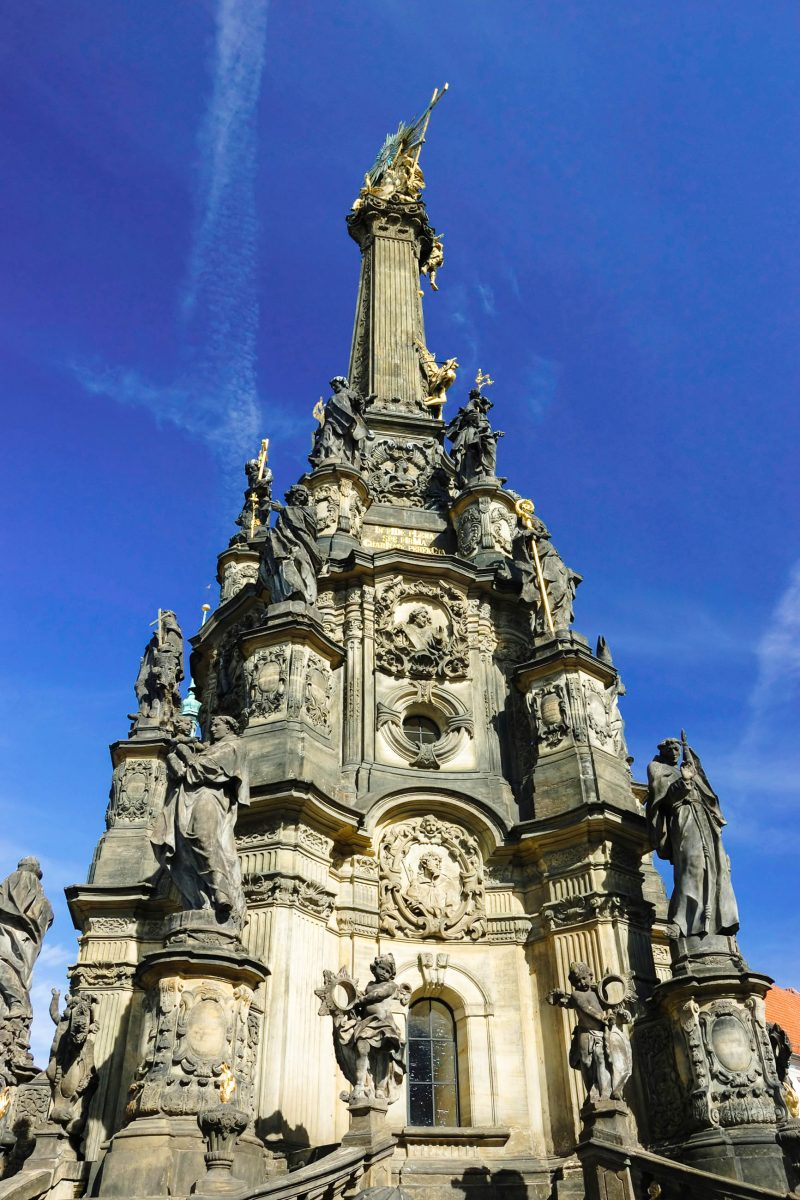 Die Dreifaltigkeitssäule in Olomouc (Ölmütz) ist die größte barocke Skulptur Tschechiens und erinnert an die Pestepidemie Anfang des 18. Jahrhunderts - © Kaetana / Shutterstock