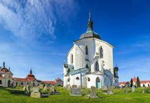 Die Kirche des Heiligen Nepomuk auf dem Zelená Hora im Zentrum Tschechiens besticht durch ihren einzigartigen Stilmix aus Gotik und Barock - © Pecold / Shutterstock