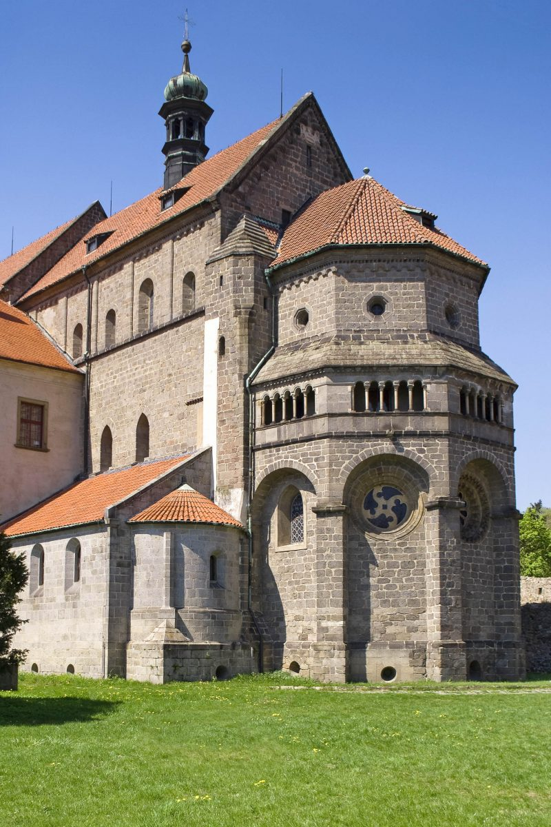 Mit ihrer Länge von 100 Metern gehörte die Basilika des Heiligen Prokop in Třebíč zu den größten Sakralbauten Europas, Tschechien - © Tomas Krejcirik / Shutterstock