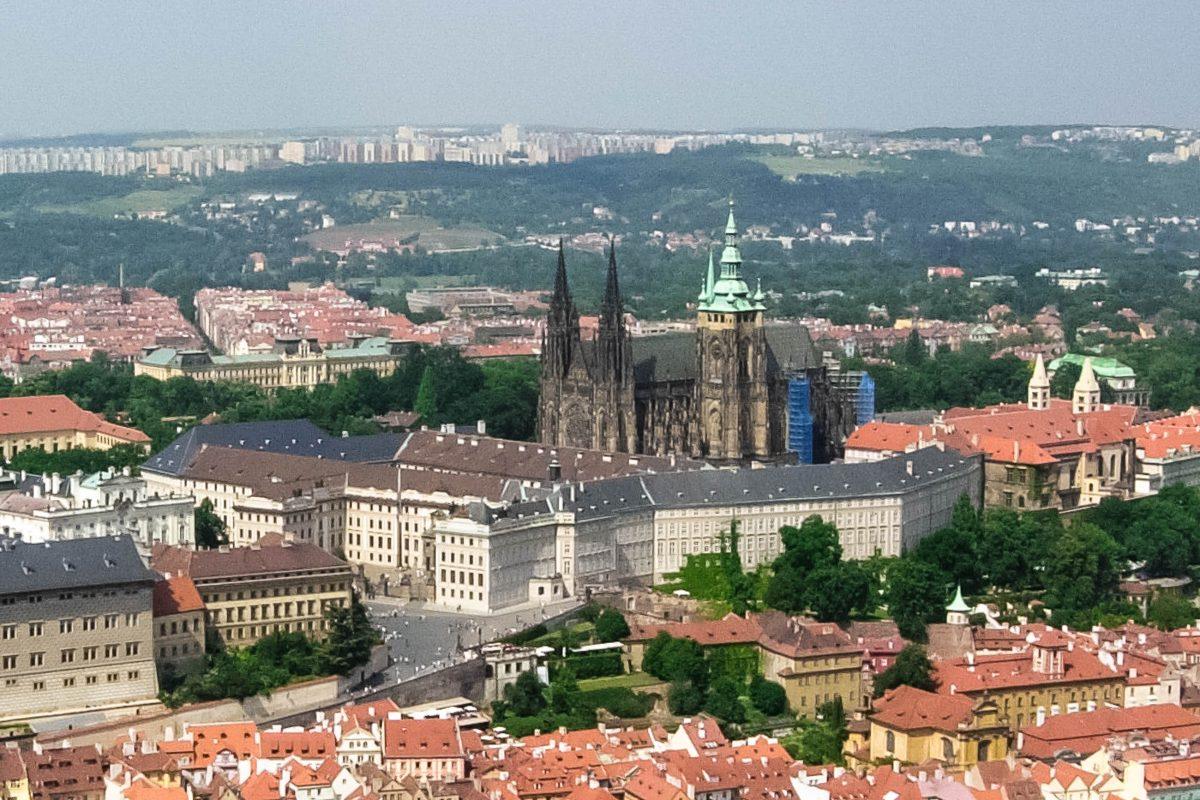 Panoramablick auf den imposanten Veitsdom auf der Prager Burg und die umgebende Altstadt von Prag, Tschechien - © James Camel / franks-travelbox