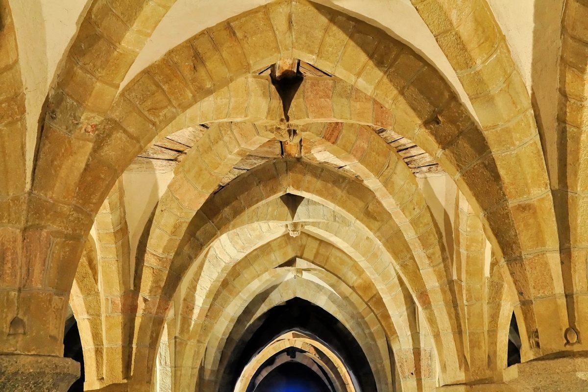 Die Decke in der romanischen Krypta der St.-Prokop-Kathedrale in Třebíč, Tschechien stammt noch aus dem 12. Jahrhundert - © Karel Gallas / Shutterstock