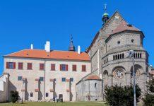 Mit ihrer Länge von 100 Metern gehörte die Basilika in Třebíč, Tschechien zu den größten Sakralbauten Europas - © Peera_stockfoto / Shutterstock