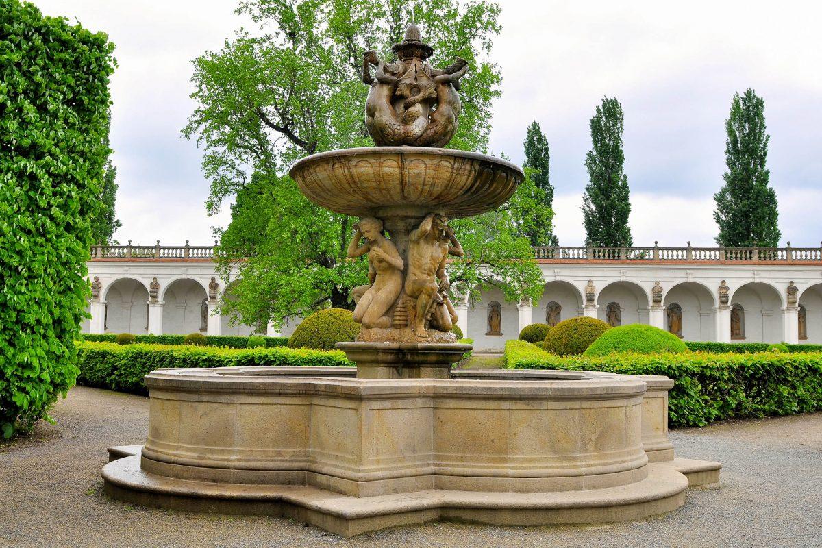 Tritonbrunnen im Blumengarten des Schlosses von Kroměříž im Südosten Tschechiens - © Karel Gallas / Shutterstock