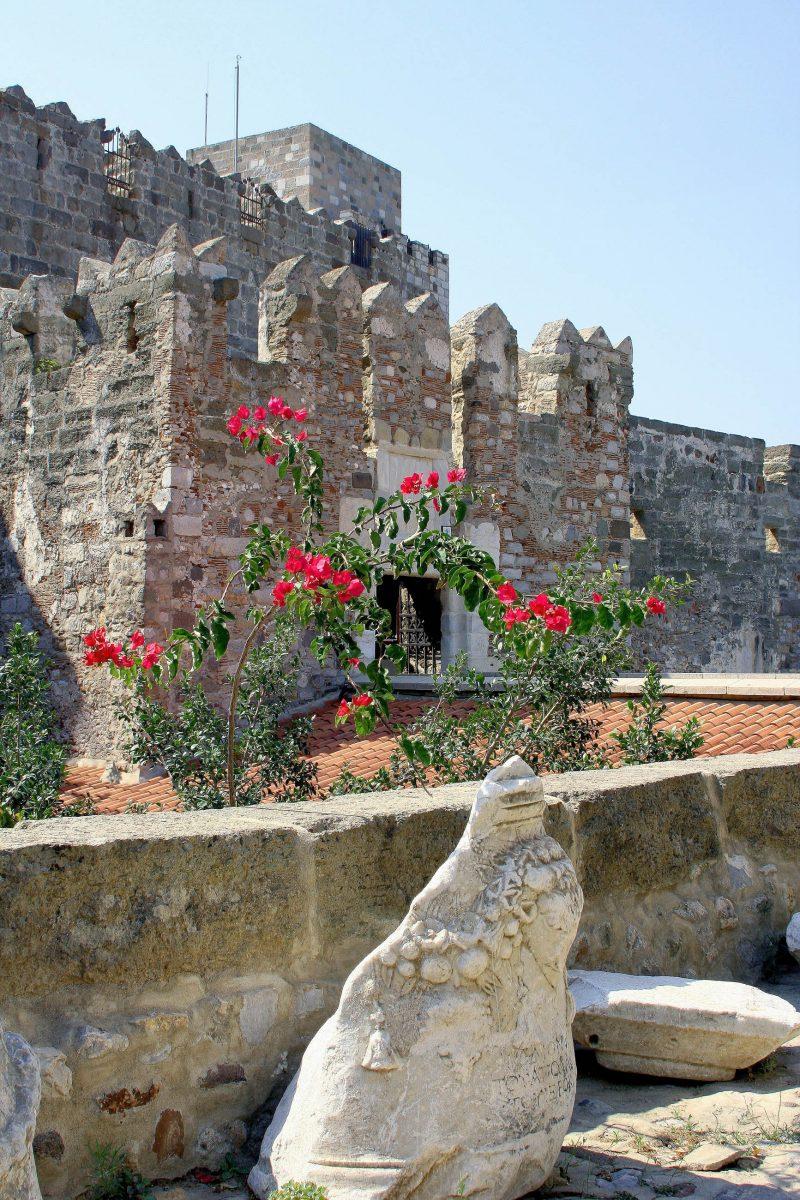An die 250 Ritterwappen in den Mauern des St. Peter Kastells zeugen von der früheren Ritterherrlichkeit der Burg in der Hafenstadt Bodrum, Türkei - © elen_studio / Shutterstock