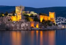 Das Bodrum Kalesi oder St. Peter Kastell in abendlicher Beleuchtung ist das Wahrzeichen und eine der Hauptsehenswürdigkeiten der türkischen Küstenstadt Bodrum - © EvrenKalinbacak / Fotolia