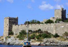 Das wuchtige St. Peter Kastell in Bodrum, Türkei, wurde im 15. Jahrhundert von Kreuzrittern des Johanniter-Ordens verschiedenster Länder errichtet - © Sadik Gulec / Shutterstock