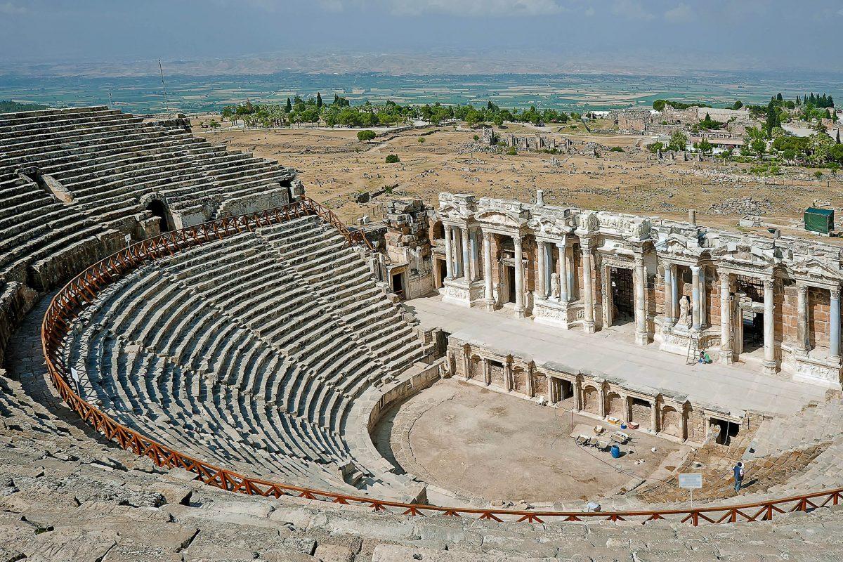 Das antike Amphitheater von Hierapolis, heute besser bekannt als Pamukkale, ist das besterhaltene Amphitheater der Türkei - © Havoc / Shutterstock