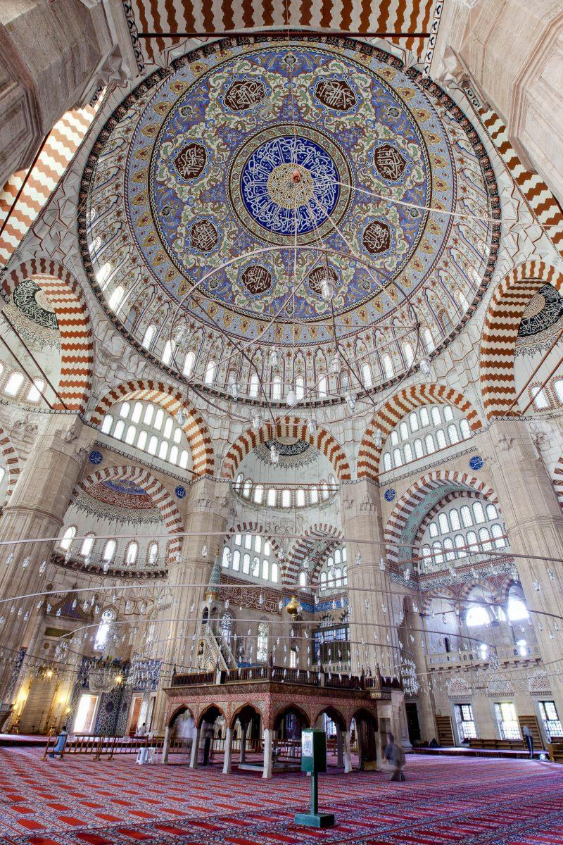 Die Innenseite der Kuppel Selimiye-Moschee ist mit besonderen Kalligraphien und Ornamenten geschmückt, die Marmorkanzel zeugt von der Handwerkskunst des Erbauers, Türkei - © ihsanGercelman / Fotolia