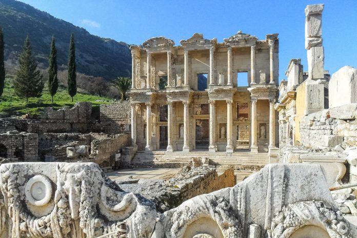 Die Ruinenstadt Ephesos nahe der Westküste der Türkei war in der Antike mit etwa 200.000 Einwohnern eine der bedeutendsten griechischen Städte Kleinasiens, Türkei - © Silke Stenger / Fotolia
