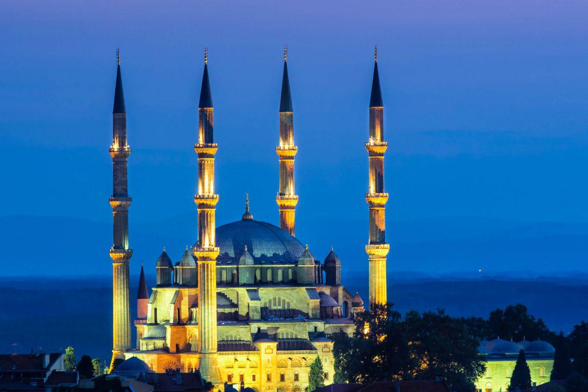 Die Selimiye-Moschee in Edirne, Türkei, wird in der Nacht spektakulär in Szene gesetzt - © Mehmet Cetin / Shutterstock