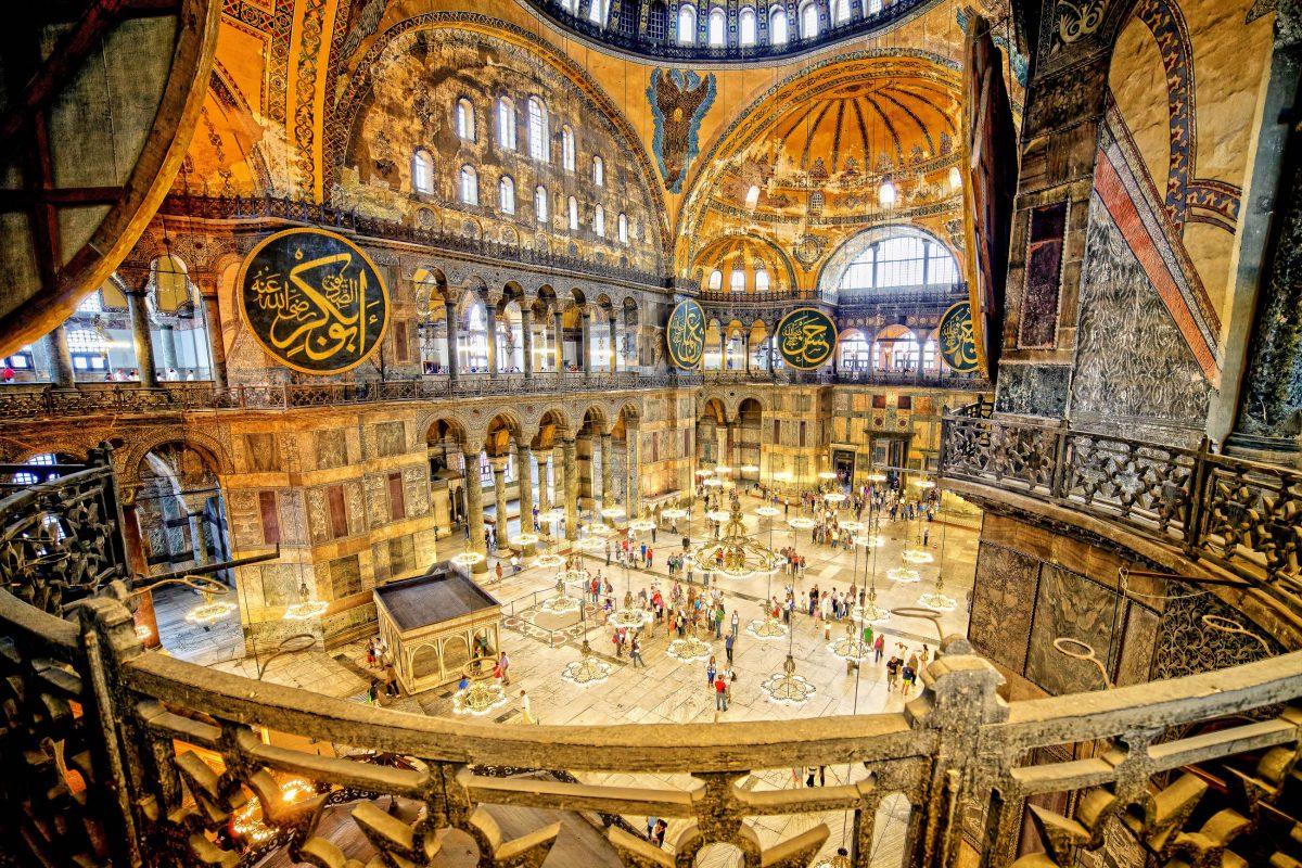 Die Hagia Sophia in Istanbul, Türkei war über ein Jahrtausend die größte Kirche der Christenheit - © Artur Bogacki / Shutterstock
