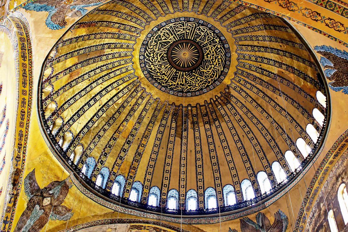Die Hagia Sophia in Istanbul wurde aufgrund ihrer raffiniert konstruierten, scheinbar schwebenden Kuppel als achtes Weltwunder bezeichnet, Türkei - © Faraways / Shutterstock