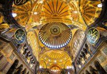 """Die Hagia Sophia, übersetzt """"Heilige Weisheit"""", wurde ursprünglich als römisch-katholische Kirche errichtet und auch als """"Sophienkirche"""" bezeichnet, Istanbul, Türkei - © Artur Bogacki / Shutterstock"""