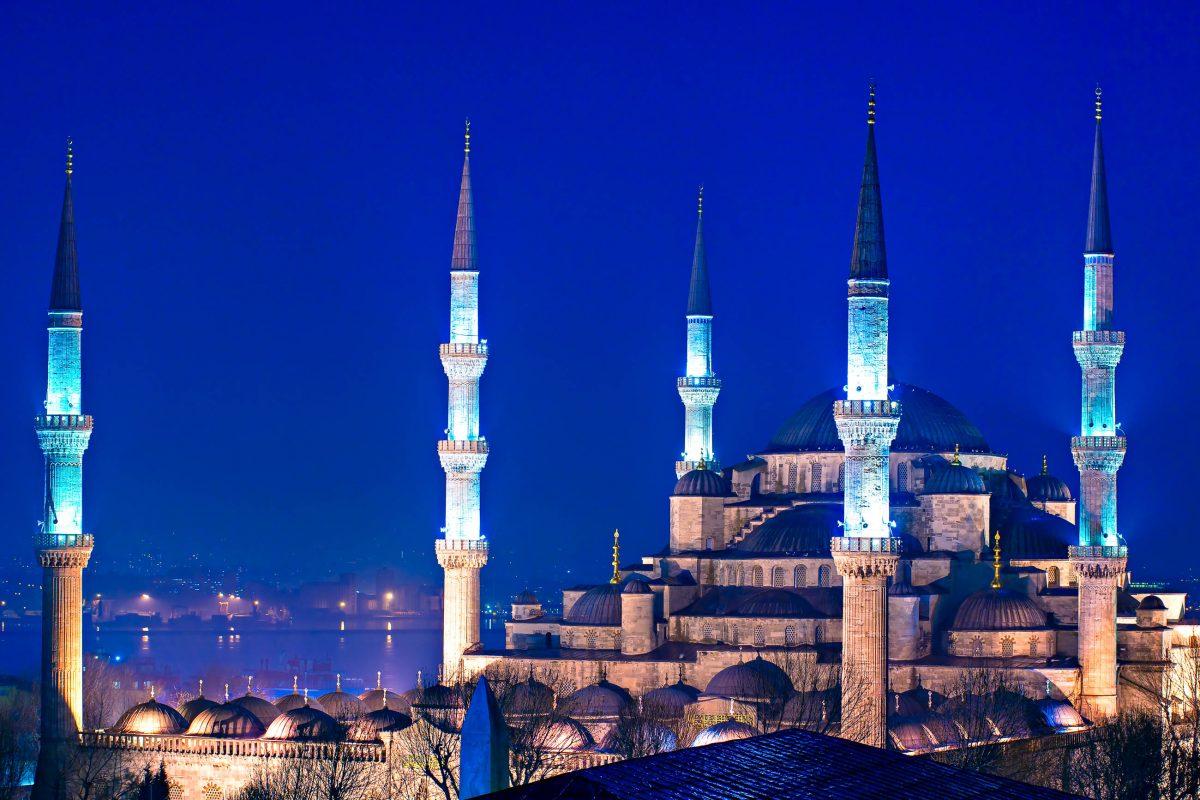 """Die nächtliche Beleuchtung macht deutlich, warum die Sultan Ahmed Moschee in Istanbul auch """"Blaue Moschee"""" genannt wird, Türkei - © Luciano Mortula / Shutterstock"""