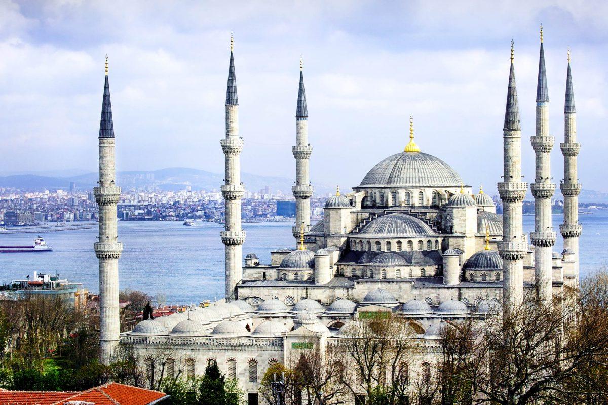 Die sechs anstatt der üblichen vier Minarette der Blauen Moschee in Istanbul wurden zu Anfang als Anmaßung gegenüber Mekkas neun Minaretten heftig kritisiert, Türkei - © Mikael Damkier / Shutterstock