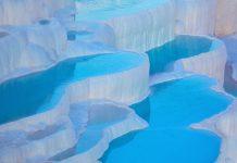 Je nach Sonneneinstrahlung nehmen die natürlichen Pools in Pamukkale einen anderen Blauton an, Türkei - © muratart / Shutterstock