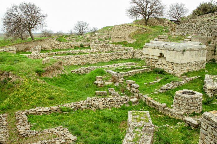 Ruinen der Ausgrabungsstätte Troja die ca. 35 km südlich des heutigen Çanakkale liegt, Türkei - © turkishblue / Shutterstock