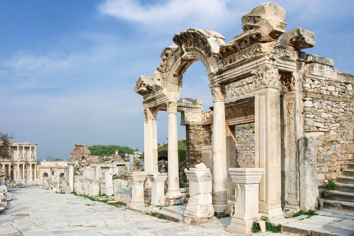 Ruinenstadt Ephesus: Kuretenstraße, Hadrian Tempel und Celsus Bibliothek, Türkei - © Friedrich Nölle / Fotolia