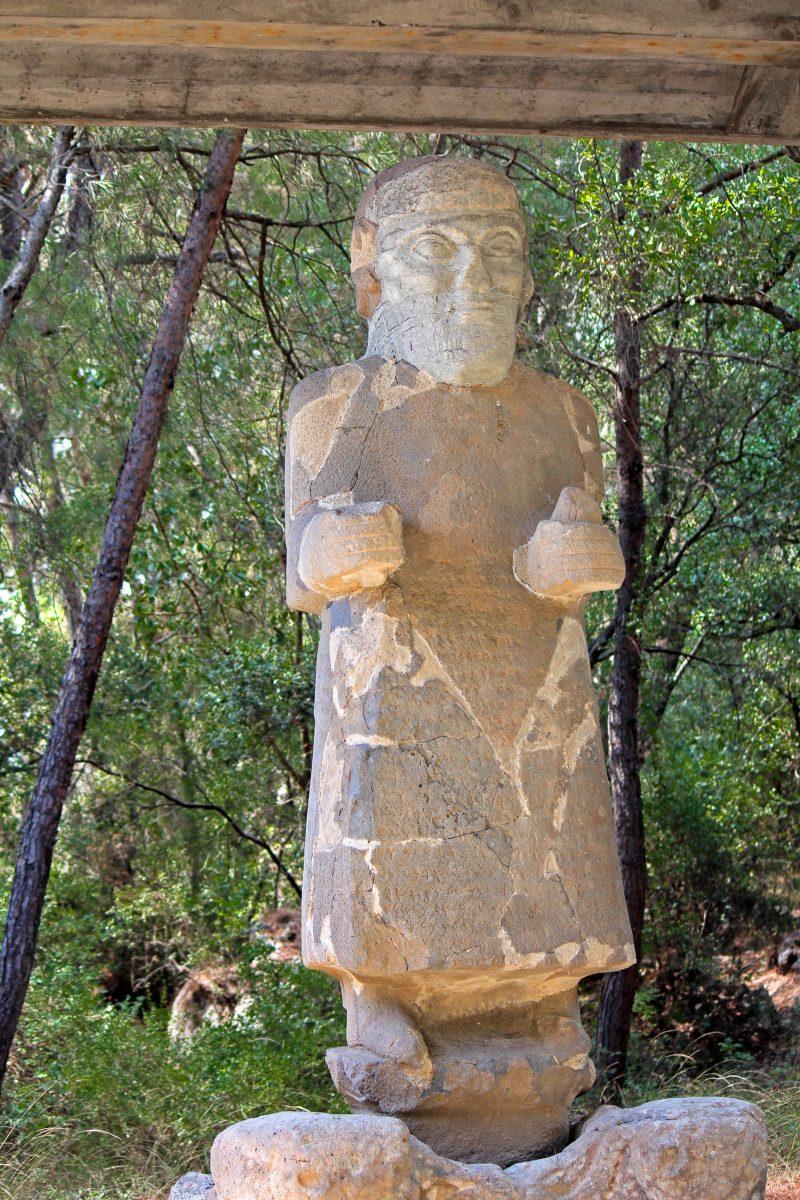 Statue in Karatepe, einer hethitischen Festung im Süden der Türkei und neben der hethitischen Hauptstadt Hattuša die bedeutendste archäologische Ausgrabungsstätte der Hethiter-Zeit - © bumihills / Shutterstock