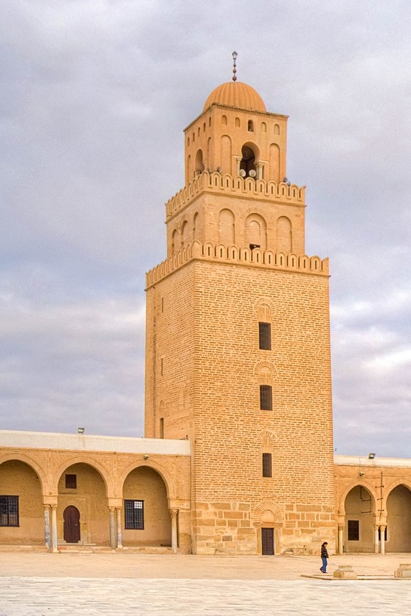 Das 35m hohe Minarett der Djamaa Sidi Oqba in Kairouan, Tunesien gilt als ältestes Minarett der Welt - © MarcinSylwiaCiesielsk/Shutterstock
