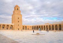 Der Innenhof der Großen Moschee von Kairouan in Tunesien fasst 200.000 Gläubige - © MarcinSylwiaCiesielsk/Shutterstock
