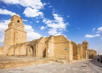 Die Djamaa Sidi Oqba ist die Hauptmoschee von Kairouan, Tunesien und viertwichtigste Pilgerstätte der islamischen Welt - © Marques / Shutterstock