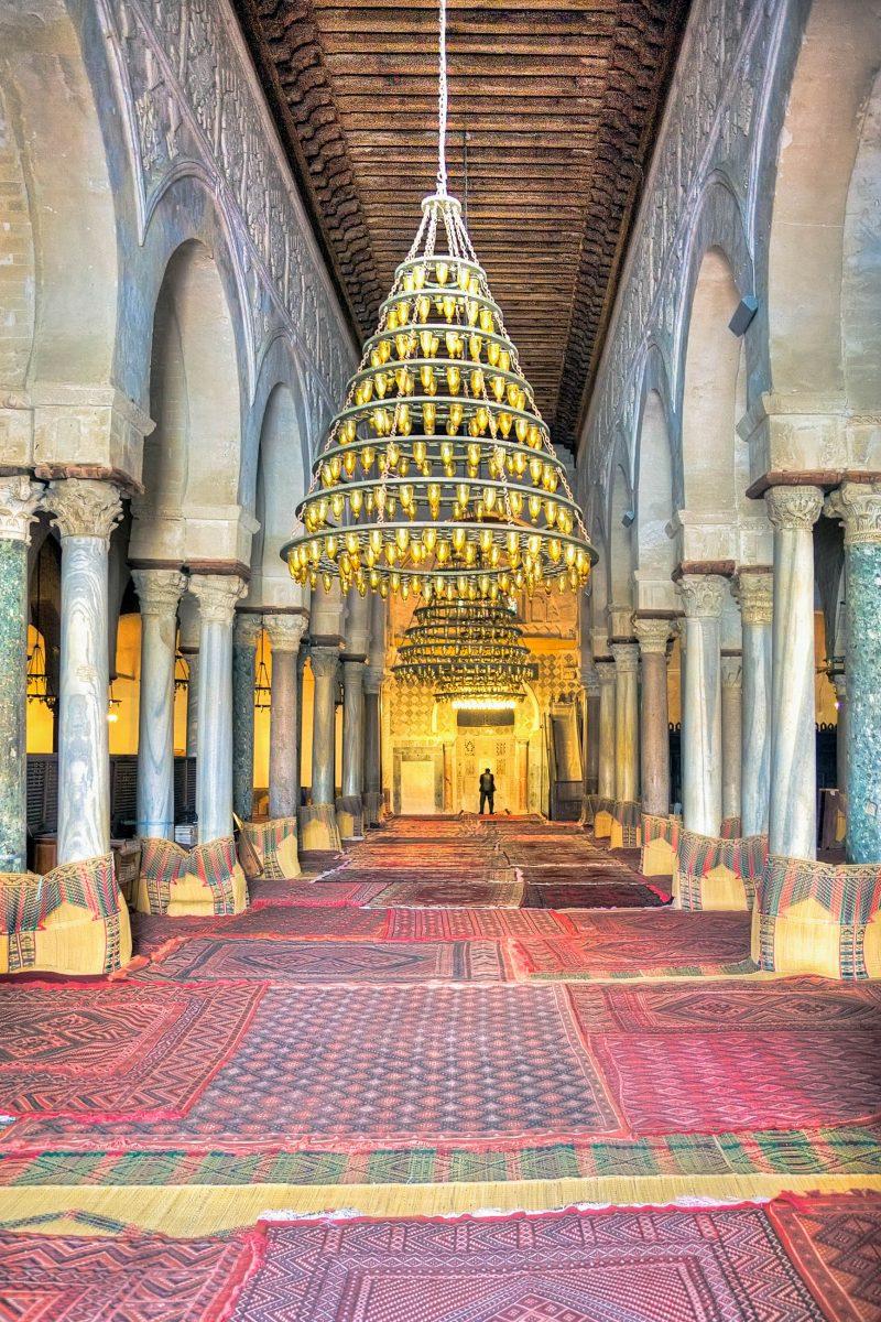 Die Gebetshalle der Großen Moschee von Kairouan, Tunesien ist durch Säulenreihen in 17 Längsschiffe geteilt - © MarcinSylwiaCiesielski/Shutterstock