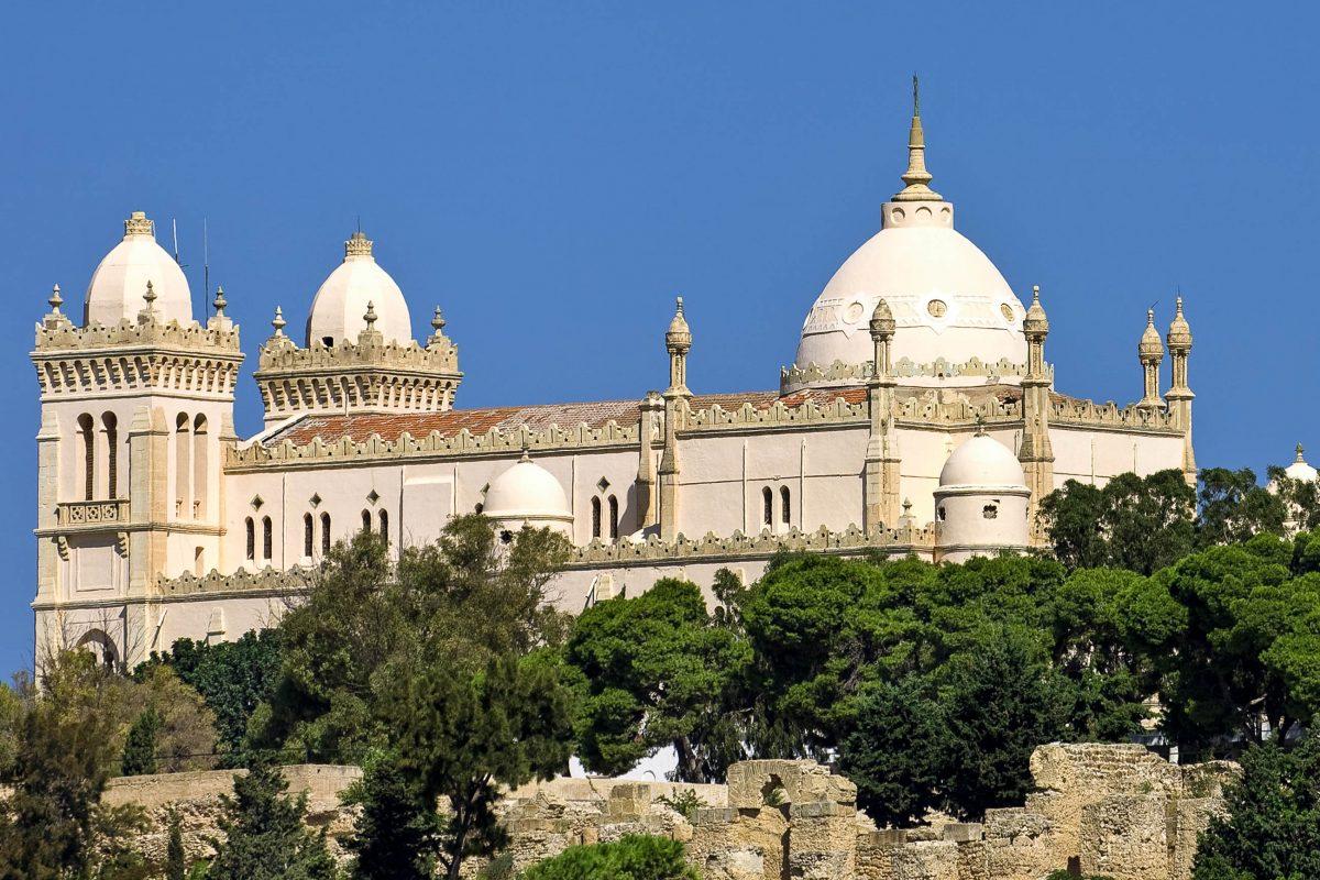 Die katholische Kathedrale St. Louis befindet sich auf dem Byrsa-Hügel inmitten der Ruinen von Karthago in Tunesien - © WitR / Shutterstock
