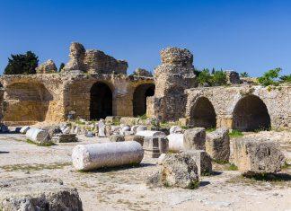 Die Überreste der prächtigen Großstadt von Karthago sind nach zweimaliger Zerstörung der Handelsmetropole in einem Vorort von Tunis in Tunesien zu sehen - © Andrey Starostin / Shutterstock