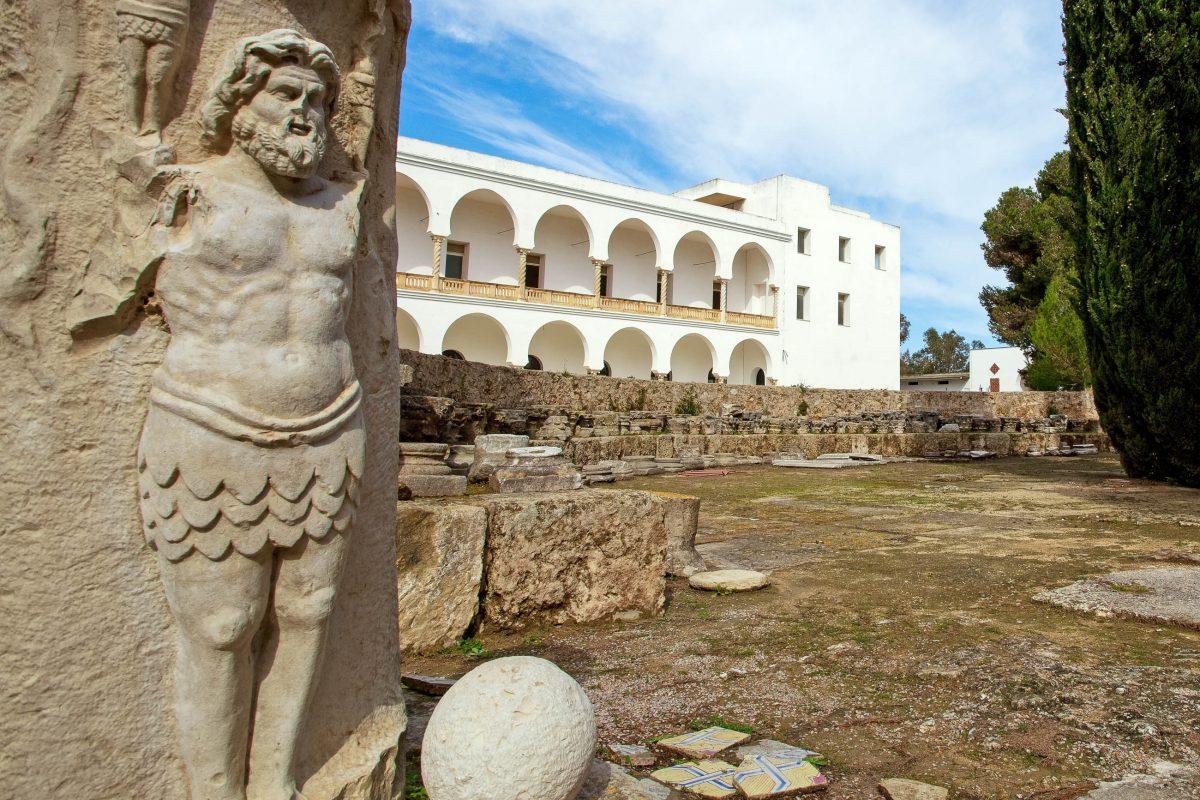 In einem ehemaligen Kloster auf der Rückseite der Kathedrale St. Louis in Karthago befindet sich das Nationalmuseum von Tunesien - © amidala76 / Shutterstock
