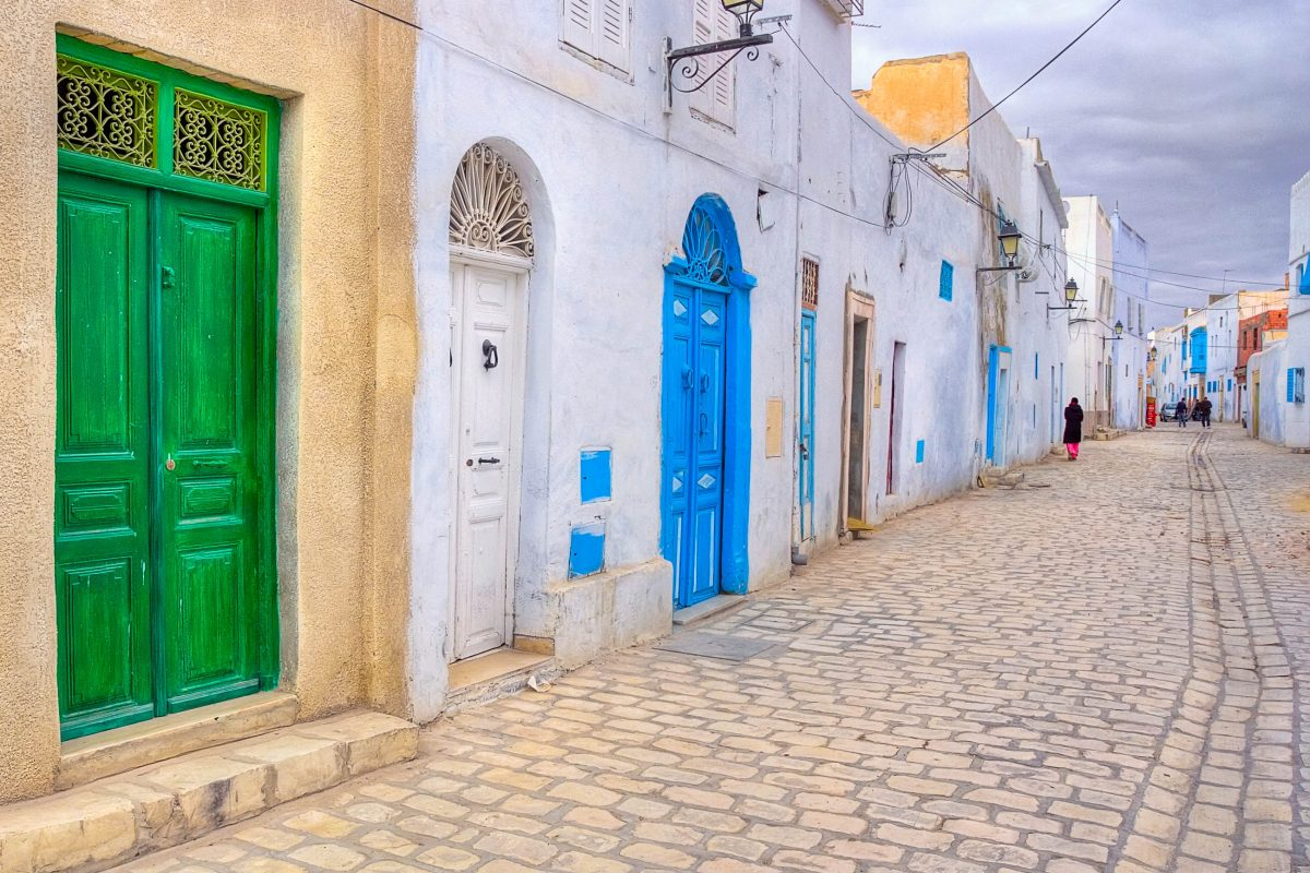 Bunte Türen säumen die Straßen der Medina (Altstadt) von Kairouan in Tunesien - © MarcinSylwiaCiesielski/Shutterstock