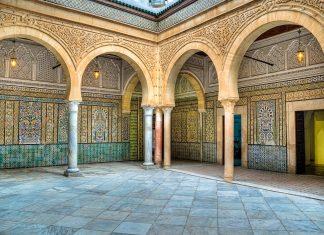 """Die prachtvolle verzierte Zaouia von Sidi Sahab beherbergt drei Barthaare des Propheten Mohammed und ist auch als """"Barbiermoschee"""" bekannt, Kairouan, Tunesien - © MarcinSylwiaCiesielski/Shutterstock"""