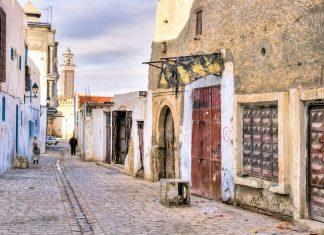 Eine typische Straße in der Medina (Altstadt) von Kairouan in Tunesien - © MarcinSylwiaCiesielski/Shutterstock