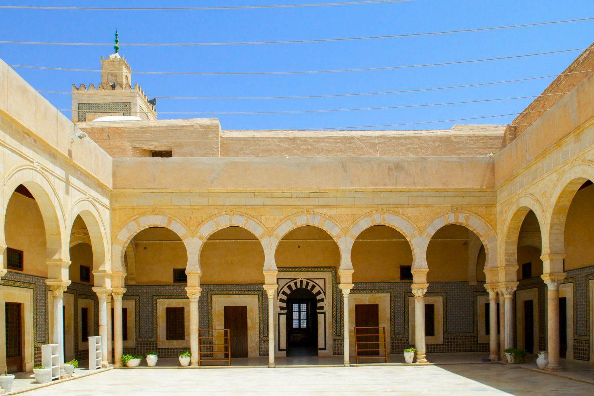"Innenhof der Koranschule (""zaouia"") im ""Grab des Prophetengefährten"" in Kairouan, Tunesien - © `aya73aya` / Shutterstock"