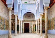 Kunstvolle Mosaike und Wandmalereien zieren das gesamte Interieur der Zaouia von Sidi Sahab in Kairouan, Tunesien - © MarcinSylwiaCiesielski/Shutterstock
