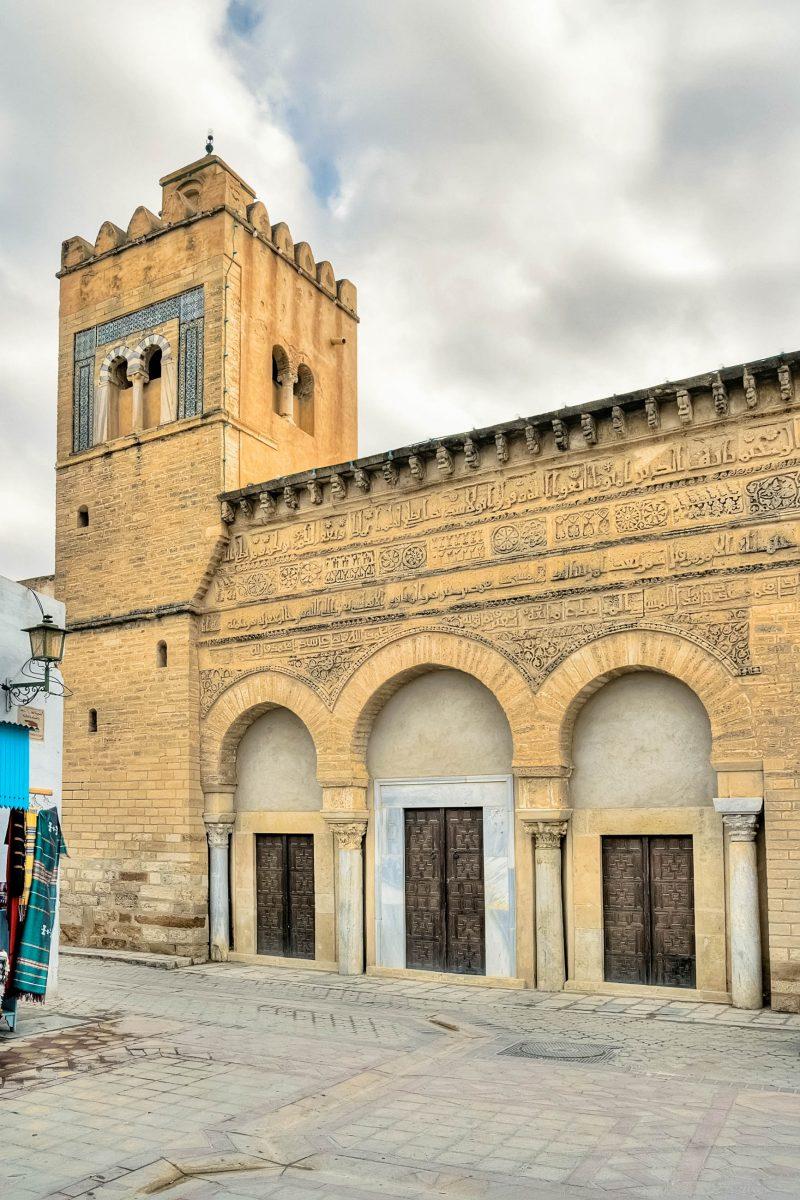 Mit ihrer wunderbar geschmückten Fassade zählt die Moschee des Mohammaed ibn Khairun (Drei-Tore-Moschee) zu Kairouans schönsten Beispielen islamischer Architektur, Tunesien - © MarcinSylwiaCiesielski/Shutterstock