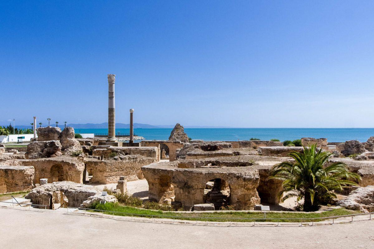 Karthago war einst die wichtigste römische Stadt Nordafrikas. Ihre Ruinen sind heute in einem Vorort von Tunis in Tunesien zu besichtigen - © Dereje / Shutterstock