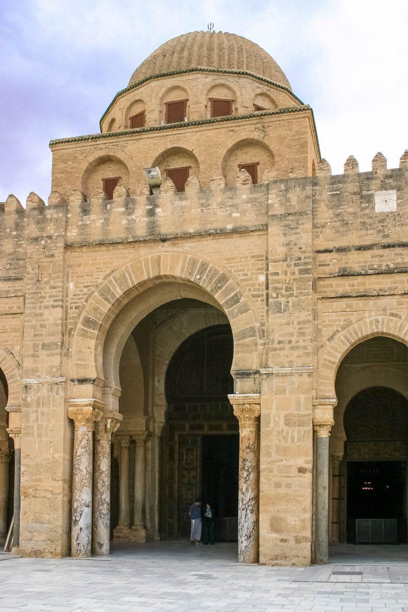 Mehrere prachtvolle Tore führen vom Innenhof ins Innere der Djamaa Sidi Oqba in Kairouan, Tunesien - © bumihills / Shutterstock